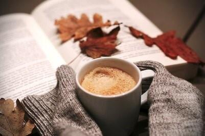 Un café avec un livre